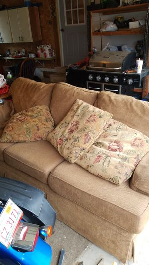 Nice couch in EXCELLENT CONDITION for Sale in Pekin, IL