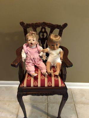 USED IN GOOD CONDITION VANTAGE DOLLS CHAIR WITH 2 ANTIQUE DOLLS for Sale in Laurel, MD