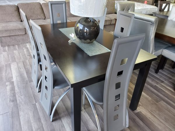 Table with 6 chairs come get it