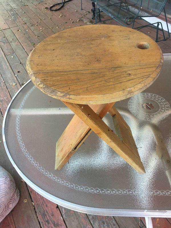 2 Free stools/mini table, needs restoration