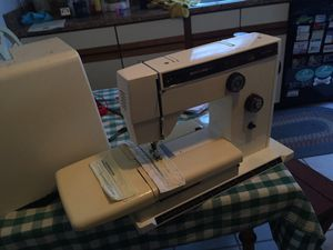 SEWING MACHINE LIKE NEW SERVICED RUNS PERFECT WITH CASE for Sale in Ambridge, PA