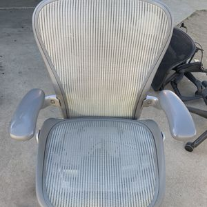 HERMAN MILLER AERON OFFICE CHAIR , SIZE C .... READ DESCRIPTION for Sale in Covina, CA