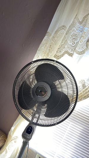 """Lasko Fan 18"""" 3-Speed Oscillating Adjustable Pedestal Fan with Timer, Model 1820, Gray for Sale in Brooklyn, NY"""