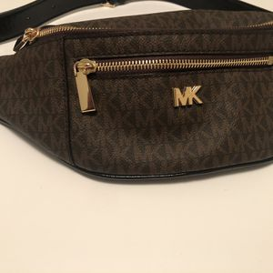Michael Kors Crossbody Bag Medium Size for Sale in West Columbia, SC