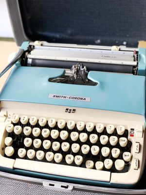Old vintage Smith Corona Galaxie typewriter for Sale in Graham, WA