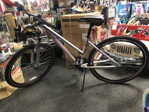 Ladies 700C Schwinn Connection multi Use Bike Silver. Walmart 199.99 Please read description!!!! for Sale in Forest Park, GA