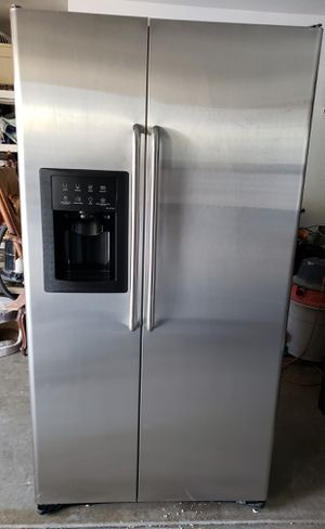 STAINLESS COUNTER DEPTH SXS GE REFRIGERATOR W/ICE and WATER ***ENERGY EFFICIENT *** for Sale in Alta Loma, CA