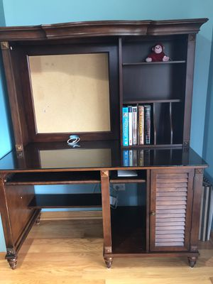 Wooden Desk with hutch, with glass top and very good condition for Sale in Schaumburg, IL