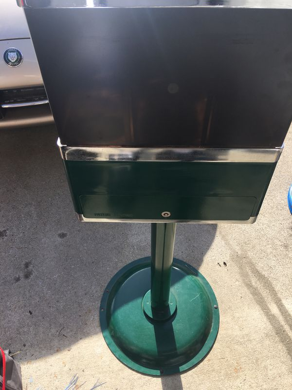 Candy 25c machine. Works great and looks great. 3 choices. With key