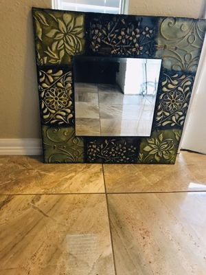 Metal wall decor measures 26x26 for Sale in Houston, TX