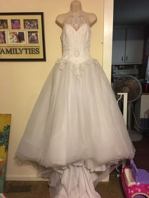 Beautiful size 4 st tropez wedding dress for Sale in Oakboro, NC