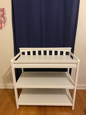 Child CraftT London Euro Flat Top Changing Table in Matte White for Sale in Los Angeles, CA