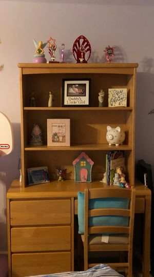 Desk and hutch with chair for Sale in Lawrenceville, GA