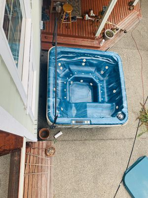 Hot Tub - Price Negotiable if you can pick up this weekend, it's free for Sale in Renton, WA