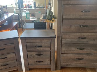Nice modern chest of drawers and 2 side tables for Sale in Kent,  WA