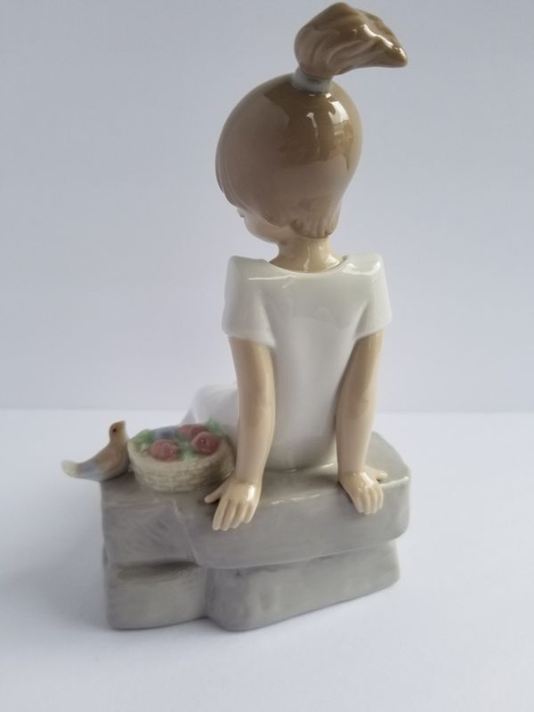 """NAO Lladro Porcelain Figurine #02001430 SPRING HAS COME! Issue Year:2003 Sculptor:Juan Huerta Size: 6¾x4¾ """""""