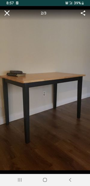 Free dining table no scratches for Sale in Los Angeles, CA