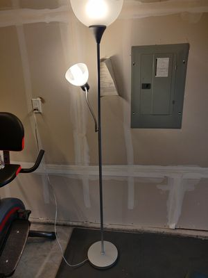 Floor lamp, comes with lightbulbs for Sale in Lynnwood, WA