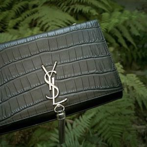 Genuine Leather Clutch Purse (with Chain-linked Strap). for Sale in Tampa, FL