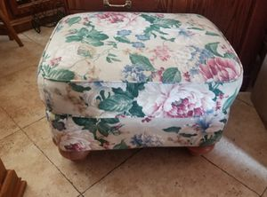 Genuine Broyhill Fontana Floral Ottoman in Excellent Condition. for Sale in Pico Rivera, CA