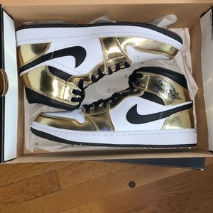 "Jordan 1 mid ""metallic gold"" size 9.5 for Sale in Portland, OR"