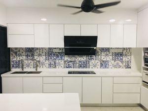 White kitchen cabinets for Sale in Miami, FL