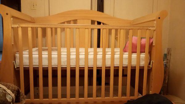 Wooden sleigh baby crib w mattress