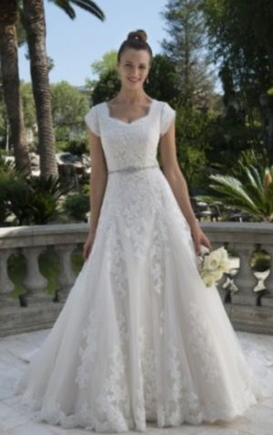Beautiful wedding dress comes with FREE jewelry!! Bridal/wedding/bride for Sale in San Antonio, TX