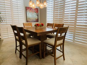 Expandable dining table with six chairs for Sale in Palm Desert, CA