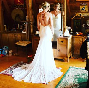 Wedding dress. Size 2. Has been professionally cleaned. Comes with vail for Sale in Plant City, FL