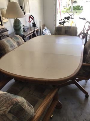 4 chairs with castor wheels and expandable table for Sale in Wesley Chapel, FL