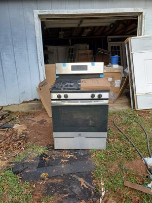 Ge gas stove sold for 899 will take 400 also has hood that sold for 300 will take 100 do not have to sold together for Sale in Simpsonville, SC