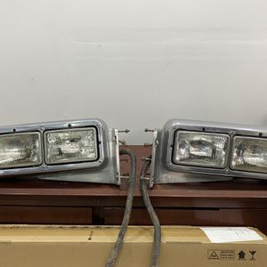 Peterbilt 379 Headlights Driver and Passenger w/ Bolts and Harness included for Sale in Miami, FL