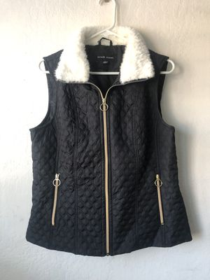 Black Rivet Quilted Vest with faux white fur (Size Large) for Sale in Cerritos, CA