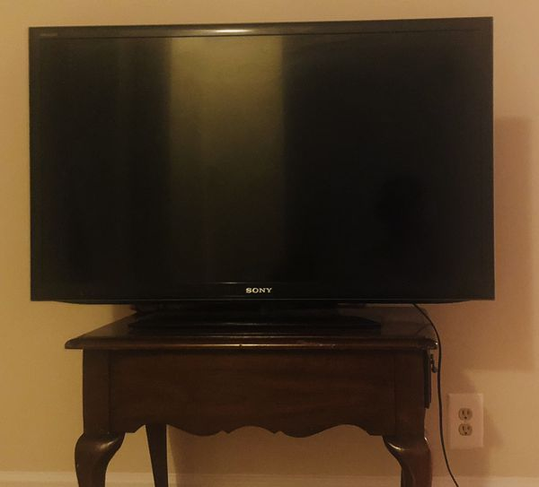 36 inch sony tv used like new and it works good desk is free with tv