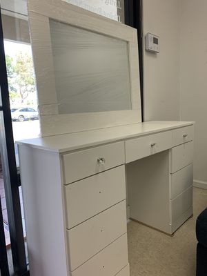 MAKEUP VANITY SLAYSTATION PICK UP TODAY for Sale in Chino, CA