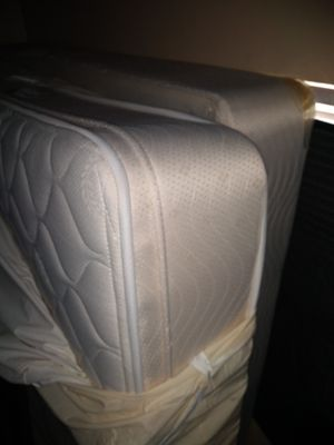 Beautyrest queen pillow top complete bed for Sale in Oakland Park, FL