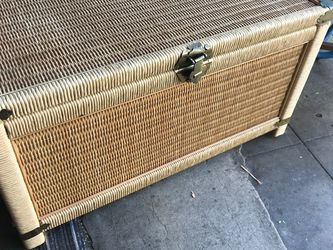 Wicker Rattan Trunk Chest Coffee Table Open Wednesday Thursday 12 To 5 for Sale in Spring Valley,  CA