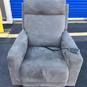 LAZYBOY POWER RECLINER for Sale in Oxon Hill, MD