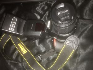Nikon D3500 w/ 18-55 mm lens & SpeedLight for Sale in Albany, NY