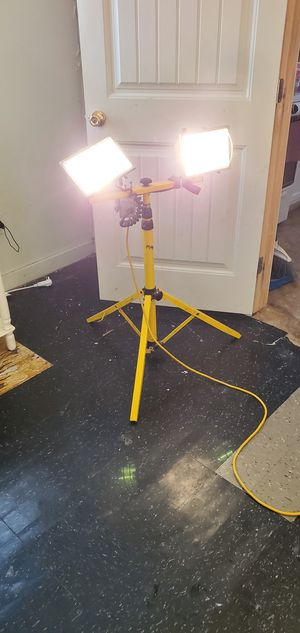 TRIPOD WITH DUAL LIGHTS, ONE OF THE LIGHT FIXTURES DOES NOT STAY HUNG PROPERLY BECAUSE PART OF ITS METAL CRACKED, BOTH LIGHYTS WORK for Sale in San Antonio, TX