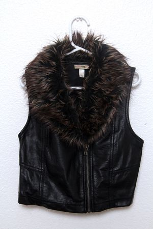 """Kids """"Tiff"""" pleather vest with faux fur collar size M for Sale in Berkeley, CA"""