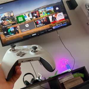 XBOX ONE 1TB- 3 CONTROLLERS- 2 HEADSETS- 5 GAMES for Sale in Arvada, CO