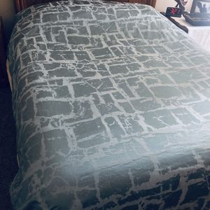 Beautiful king size sateen finish high quality Duvet like new! for Sale in Dutton, MI