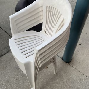 5 PLASTIC WHITE PATIO CHAIRS IN GOOD CONDITION for Sale in St. Cloud, FL