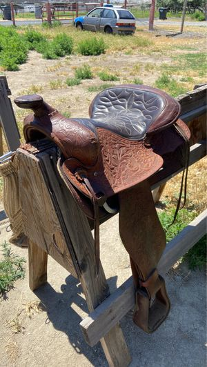 Two tone brown saddle with tooling and smart cinch for Sale in Kennewick, WA