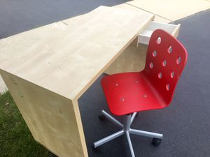 Ikea Desk and. Adjustable Chair for Sale in Bolingbrook, IL