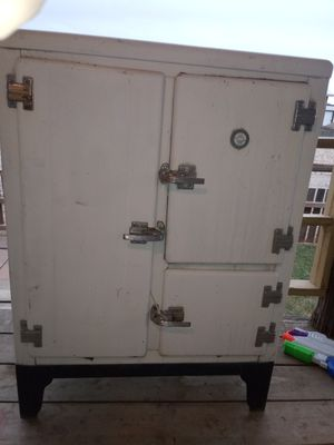 Antique Montgomery Ward Ice Box for Sale in Lubbock, TX