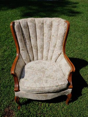 Vintage Wood Trimmed Queen Anne Chair for Sale in Fayetteville, GA