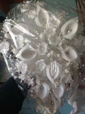 Wedding bouquet off white(New)never opened for Sale in Frostproof, FL